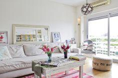 Romántico y actual, el departamento es femenino sin ser empalagoso. El amplio sillón color crudo (Martina Correa) se combina con almohadones estampados (Ornatto), cuadros de ilustraciones (Ornatto) y un amplio espejo. Los colores de la alfombra y las flores dan el toque femenino.