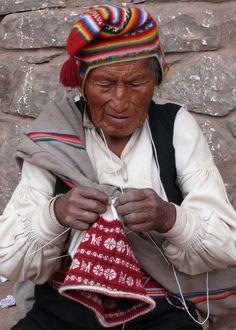 De mannen op het eiland Taquille in het Titicacameer in Peru breien de mutsen die ze dragen zelf.