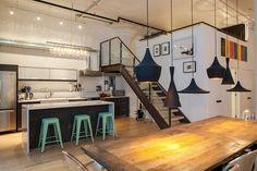O mobiliário pode conter peças coloridas e contemporâneas para fazer um contraponto ao estilo industrial.