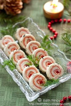 smoked salmon rolls My translation I hope I'm right :)  4 slices of bread (I used the same way as the cake appetizer) 150 g smoked salmon  100 g cream cheese (I used green)  1/4 red bell pepper  black sesame seeds (optional)  (amounts for about 4-5 people)