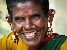 Mujer adornada en las calles de Madurai. Tamil Nadu - Sur India  -  Adorned woman on the street of Madurai