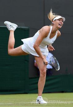 テニス、ウィンブルドン選手権(The Championships Wimbledon 2014)女子シングルス1回戦。サーブを打つマリア・シャラポワ(Maria Sharapova、2014年6月24日撮影)。(c)AFP/ANDREW YATES ▼25Jun2014AFP|シャラポワ、危なげなく初戦を突破 ウィンブルドン選手権 http://www.afpbb.com/articles/-/3018637 #Maria_Sharapova #The_Championships_Wimbledon_2014