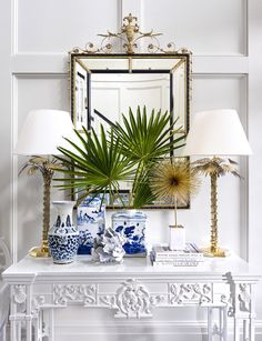 Gorgeous design in blue and white by Suzanne Kasler with chinoiserie porcelains a gilt mirror and white on white millwork and French carved console table - Hollywood Regency brass or gold lamps Home Interior, Interior Styling, Interior Design, Interior Livingroom, Scandinavian Interior, Contemporary Interior, Luxury Interior, Interior Ideas, Design Entrée