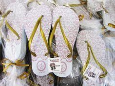 A Custumizu é uma empresa de chinelos personalizados para casamentos. Lá você encontra muitos modelos e estilos de ótima qualidade.