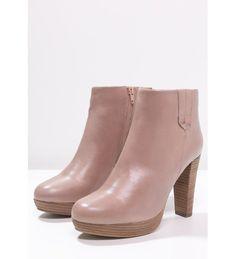 Zoals jullie allang wisten: roze is het helemaal deze winter. Eerder hebben we al roze enkellaarsjes zonder hak gepost, bij deze de roze enkellaarsjes mét hak! Voor de dagen dat je die extra centimeters goed kunt gebruiken. Naast de gebruikelijke korting (50%!!!) zijn deze laarsjes te koop in cognac, beige en zwart. Mocht roze toch niet jouw ding zijn ;) #uitverkoop #aldoor #sale #enkellaarsjes #higheels #heels #hakken #damesmode
