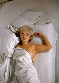 Marilyn Monroe by Eve Arnold Ok so this one isn't black & white but.It's Marilyn Marylin Monroe, Marilyn Monroe Fotos, Elvis Presley, Gene Kelly, Norma Jeane, Up Girl, Misfits, Most Beautiful Women, Belle