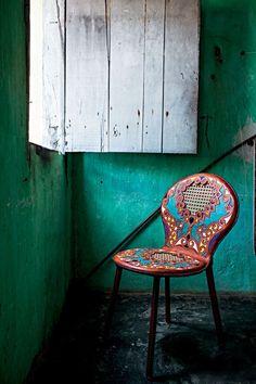 Nova coleção irmãos Campana  | A cadeira mostra o belo contraste entre a exuberância das cores e formas trabalhadas no couro e a discrição da palhinha (Foto: Lucas Cuervo Moura)