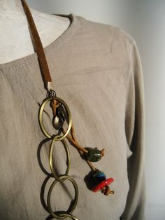 Necklace, metal oval rings, ceramic and leather.