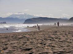 Халактырский пляж из чёрного вулканического песка – #Россия #Камчатский_край (#RU_KAM) Халактырский пляж это сочетание мощи и красоты, занимающее всё твоё сознание, не дающее думать больше ни о чём. И этот чёрный песок, который встречается только на Камчатке и Канарах… http://ru.esosedi.org/RU/KAM/1000125767/halaktyirskiy_plyazh_iz_chyornogo_vulkanicheskogo_peska/