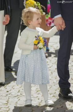 "Princess Estelle attended her first official engagement to inaugurate ""the way of fairy tales"" in a bird sanctuary in Linköping. This trail was offered them his baptism in May 2012.  Before the inauguration, the royal family had visited in the morning Linköping Castle where a fair was baptized in the name of the Duchess Estelle. Indeed, the little princess is also Duchess of Ostergotland."