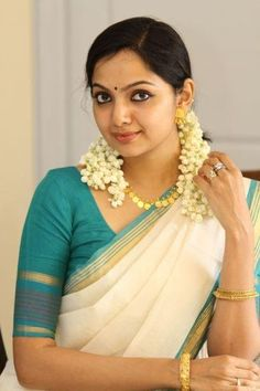 actress samvritha sunil in kerala saree
