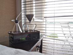 Acordar com um despertador com cheirinho de café pode deixar de ser apenas um sonho. Desenvolvido pelo designer Joshua Renouf, a Barisieur foi criada para acordar os coffee lovers com café fresquinho ao lado da cama. A peça tem um design retrô com peças que lembram uma experiência científica. Composta por recipientes de vidro, esferas de aço que giram para aquecer a água e bandeja de aço, a cafeteira requer, também, um ritual do usuário. Antes de dormir, é só deixar tudo preparado e…
