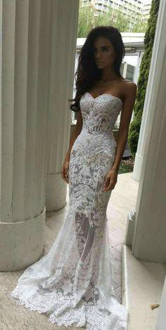 Une magnifique robe bustier ,moulante tous en dentelle .
