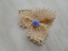 K-koさんは「初めてのデチカ」を応用して、お花を試作してくださっています。生成りの素材で編むと、可憐でいい感じですね♪アイディアをいただいて、型紙を作ってみますね。未定/20150504
