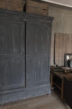 Voorbeeld krijtverf Annie Sloan op eiken kast - Graphite en Country grey