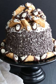 The Best Cannoli Cake: gonna make for my party but without the chocolate chips and cannolis and make it 3 tiered Super Torte, Cannoli Cake, Holy Cannoli, Cake Recipes, Dessert Recipes, Köstliche Desserts, Holiday Desserts, Cookies Et Biscuits, Let Them Eat Cake