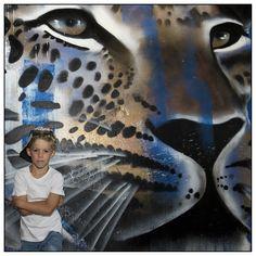 Stoere jongen met graffiti achtergrond. ♥ locatiefotografie.