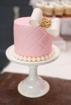 This is about the foofiest cake I have ever seen!  It is wearing a pearl necklace!  Love the diamond pattern.