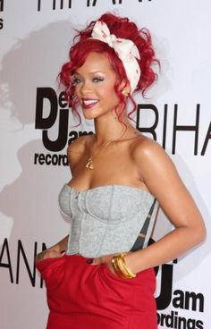 Rihanna changes her radiant red hair often, thanks to her superstar hairstylist Ursula Stephen. So far, Stephen twisted Rihanna's locks int. Rihanna Red Hair, Rihanna Fenty, Photos Rihanna, Looks Rihanna, Rihanna Style 2014, Mode Rockabilly, Curly Hair Styles, Natural Hair Styles, Hair Color Formulas