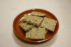 ~ Base de biscrus ~ •100 g de dattes •75 g de sarrasin (germé puis déshydraté pour moi, mais du sarrasin brut convient très bien) •50 g de coco sèche en poudre •2 cc d'huile de coco (soit environ 10 g)
