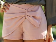 Summer Love everything about this outfit bow shorts :) white shorts, stripes, and sandals Wear a light vest or sweater thing over it. Bow Shorts, Pink Shorts, Summer Shorts, Pastel Shorts, Pleated Shorts, Dress Summer, Jupe Short, Mode Style, Dress Me Up
