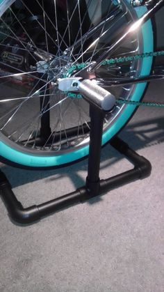DIY stand to turn your bike into a stationary bike! - Tap the pin if you love super heroes too! Cause guess what? you will LOVE these super hero fitness shirts! Diy Gym Equipment, No Equipment Workout, Diy Stationary Bike Trainer, Tricycle, Bicicletas Raleigh, Bike Repair Stand, Indoor Bike Trainer, Diy Home Gym, Muscle Building