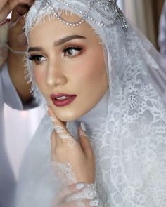 New Bridal Makeup Wedding Veils Ideas Muslim Wedding Gown, Muslimah Wedding Dress, Hijab Wedding Dresses, Wedding Veils, Wedding Attire, Hijabi Wedding, Hair Wedding, Bridal Veils And Headpieces, Bridal Hijab