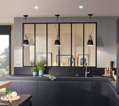 Une cuisine monochrome, ici en noir. Disponible aussi en Blanc, Vison et en décor bois structuré Chêne Clair.