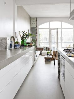 En boheme-perle midt i Amsterdam - Bolig Magasinet all white kitchen love! beautiful and functional, long clean lines...my daughter cooks so much and the children like to help, this would be so nice for her home.