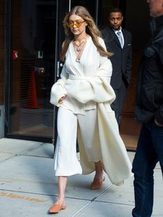 Gigi Hadid is seen in NoHo on November 15 2017 in New York City Gigi Hadid Pictures, Tailor Made Suits, Gigi Hadid Outfits, Cool Outfits, Casual Outfits, Mother Jeans, Looks Street Style, Suit Fashion, Casual Looks