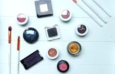 Wie oogschaduw aan zijn collectie wilt toevoegen, heeft de keuze. Je kiest voor een oogschaduwpalet dat meerdere kleurtjes bevat, of je koopt ze los. Eén kleur per pan. Zelf ben ik grote voorstande…