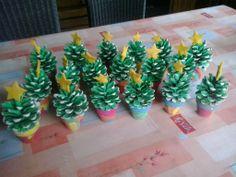 Mini Kerstboompjes  1. Verf de dennenappel groen 2. Verf de uiteinden wit 3. Verf een klein bloempotje 4. Werk af met een sterretje!