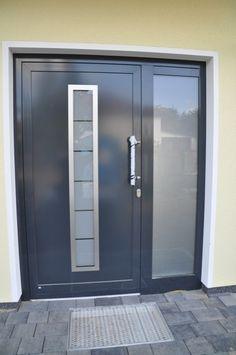 Eingangstür: Haustür in anthrazit mit Seitenteil aus Glas