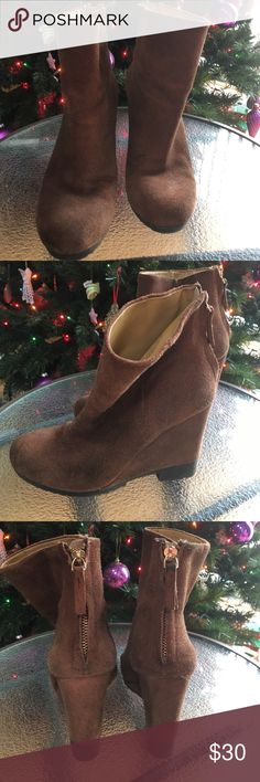 """💫⭐️Gently Used pair of NINE WEST Suede Boots⭐️💫 🛍💋This is a gently used pair of platform brown suede Nine West platform boots. They are very attractive with cords or jeans!  They have back zipper for easy on/off. They have a 4"""" platform.  A great addition to your shoe collection!!!💋🛍 Nine West Shoes Ankle Boots & Booties"""