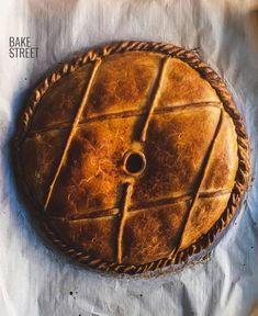 Empanada gallega or Galician pie could be defined as a salty pie. A dough very thin dough, stuffed with previously cooked salted ingredients and bake. Spanish Dishes, Spanish Food, Pie Recipes, Healthy Recipes, Healthy Food, How To Peel Tomatoes, British Baking, No Bake Pies, Slow Food