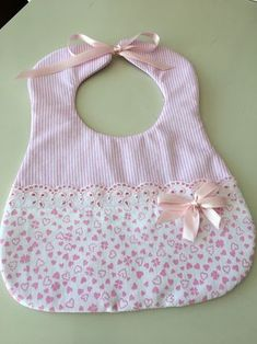 Best 12 Sewing projects for baby bibs ideas sewingforkids – SkillOfKing. Quilt Baby, Baby Clothes Quilt, Baby Sewing Projects, Sewing For Kids, Sewing Ideas, Diy Projects, Baby Bib Tutorial, Handgemachtes Baby, Baby Toys