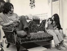 Boudewijn de Groot, zanger,  in zijn woning in  met Marcel en zijn vrouw. 1  september 1968, [Haarlem] Nederland. Lang haar.