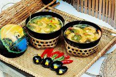TACACÁ: uma sopa a base de Tucupi (sumo extraído quando a mandioca é ralada e prensada), contendo diversos ingredientes típicos do norte do Brasil como camarão, jambu, alho, dentre outros.