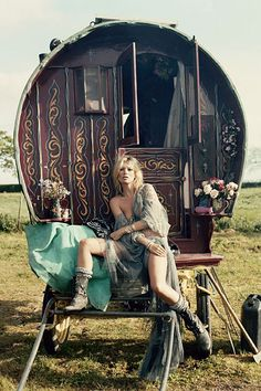 When you think of bohemian style icons, you think of Kate Moss. As one of the most succesfull models in the world, Kate Moss invented the boho chic look. Boho Gypsy, Gypsy Chic, Gypsy Life, Gypsy Soul, Hippie Boho, Gypsy Cowgirl, Boho Life, Hippie Music, Gypsy Boots