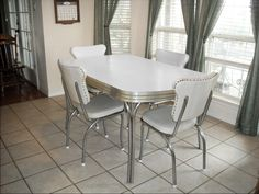 Vintage Retro 1950's White Kitchen Or Dining Room Table With 4 Chairs And Leaf