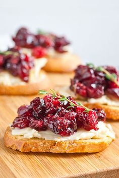 Roasted Balsamic Cranberry and Brie Crostini - 14 Engrossing Christmas Appetizers and Snacks Brie Appetizer, Yummy Appetizers, Appetizer Ideas, Party Appetizer Recipes, Tailgate Appetizers, Heavy Appetizers, Salmon Appetizer, Dinner Recipes, Cranberry Recipes