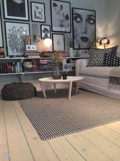 Runt soffbord med träunderrede/Svartvit matta | Stockholm