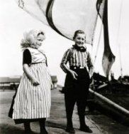 Kinderen in Urker klederdracht in de haven van Urk.