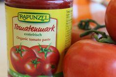 Fruchtig im Aroma und knallrot. #Tomatenmark ist eine wichtige Zutat bei vielen Gerichten. Aber wo liegt der Unterschied zwischen einfach und mehrfach konzentriertem Tomatenmark? Und welche Variante eignet sich für welches #Rezept?