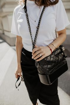One of the clothes I love most in summer are midi skirts. The feminine silhouette of a midi skirt just has something unbeatable to it. Best Handbags, Chanel Handbags, Fashion Handbags, Sac Gabrielle Chanel, Chanel Street Style, Parisian Style, Chic Outfits, Fashion Outfits, Womens Fashion
