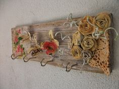 Hoje vamos reciclar um pedaço de madeira e fazer um lindo cabideiro para um cantinho especial lá de casa. Informações e fotos aqui :http://sarranheira.blogsp...