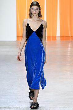 Alerta Fashion Week - NY Feminino - O Veludo continua com força no Inverno 2018. Nesta edição da NYFW, os vestidos ganharam comprimento midi, cores de pedras preciosas e vibrantes, como amarelo, azul Royal e bronze. Imagem: Dion Lee