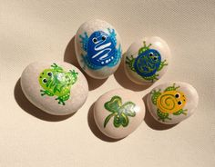 Set of four little Frogs and a Clover / Decoration / Painted rock art / Gift / Beach stone / Paintedstone / Paintedrock