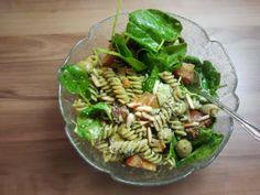 Nach einer Laufrunde schmiss sich Anne dann noch diesen Salat aus Vollkornnudeln, Babyspinat, Pesto, getrockneten Tomaten, Artischocken Oliven und Pinienkernen in die Schüssel. Dabei ist alles, was das Herz begehrt!