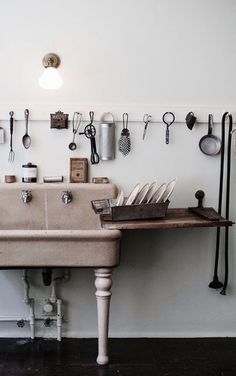 Freestanding sink // Farmhouse // Kitchen rail // Neutrals